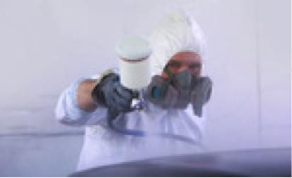 Auf dem Bild ist ein Interim HR Business Partner mit Mundschutz und Haube zu erkennen. Das deutet auf ein adequates Gesundheitsmanagement hin.