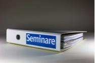 """Interim Human Resources/Interim Manager: Auf dem Bild ist ein Ordner mit der Aufschrift """"Seminar"""" erkennbar. Der Ordner ist ein Hinweis auf die klassische formale Personalentwicklung mit Papier."""