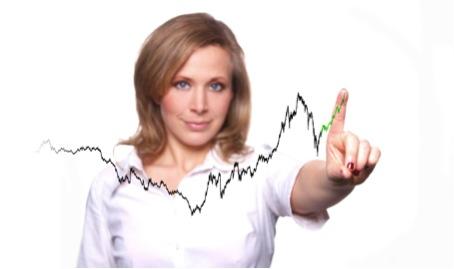 Auf dem Bild ist eine blonde Interim Human Resources Frau zu erkennen, die mit Ihrem Finger einen Trend vor sich auf eine Glasscheibe zeichnet.